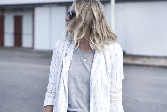 Style: white blazer & ripped jeans.