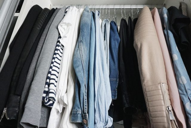 A tour inside my closet (and tips to structure a capsule wardrobe).